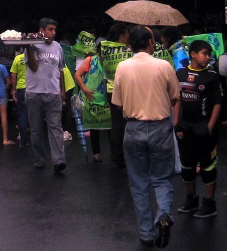 25 - Vendedor informal vende 'corazón de coco' en mitin electoral 2013 (barrio Cuba, GYE)