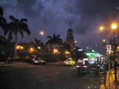 09 - Plaza y torre del Mirador Cívico junto parque El Algarrobo (Huaquillas, Ecuador, enero 2013)