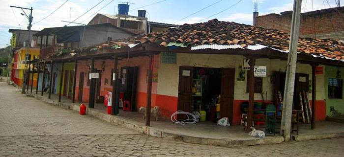 20 - Almacén Carrita y hotel al fondo (Zapotillo, Ecuador, enero 2013)